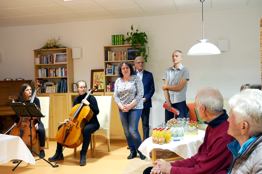 Foto 1 (von links): die Musikschülerinnen, Schw. Heike Reichardt, Dr. Zeuner, Frank Gaßmann