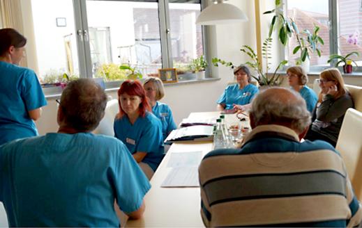Das Team der Palliativstation im Gespräch mit den Angehörigen
