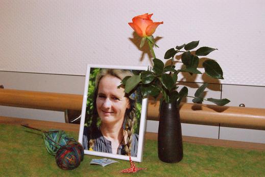 Annegret Seiler-Schwarz mit einigen Symbolen