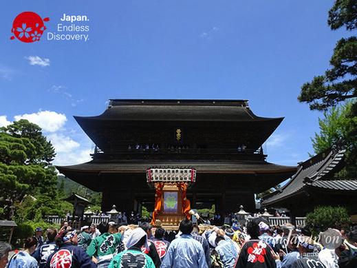 2008年から,善光寺表参道夏祭り,歩行者天国になり,山門,みこし,歌,踊り,ステージショー,マーチングバンド