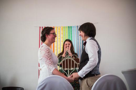 Auf diesem Bild seht ihr Hochzeitssängerin und Traurednerin Lisa. Hochzeitsmusik bei der freien Trauung
