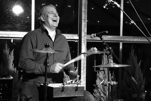 Elmar Kohlschein am Schlagzeug bei Live Musik Acoustic Duo The Acxoustics. Auftritte bei Wohnzimmer Konzertern am Niederrhein, Düsseldorf, Meerbusch, Krefeld, WIllich, Kaarst.