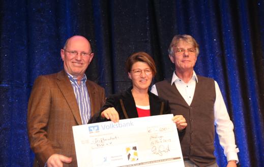 Der Nachwuchsförderpreis ging dieses Jahr an den Förderverein Segeln Überlingen, den (v.l.) Klaus Sacher und Dagmar Fritze von Peter Koop, Betriebsleiter der Bodensee-Therme Überlingen, entgegennahmen.