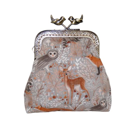 Porte-monnaie rétro femme en tissu gris clair avec animaux de la forêt, biche et renard, fermoir métallique bronze oiseaux, bourse vintage