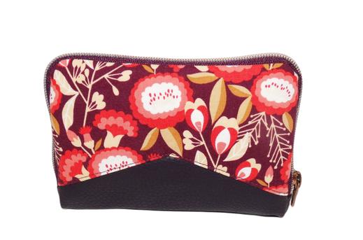 Portefeuille zippée compact femme en faux cuir aubergine et tissu prune avec fleurs colorées rouges, corail et caramel, agencement original
