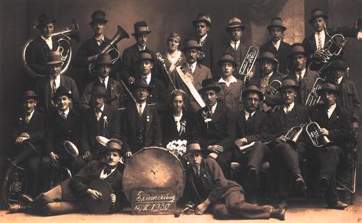 Erinnerungsfoto der Musikkapelle Tiefgaben um 1930.