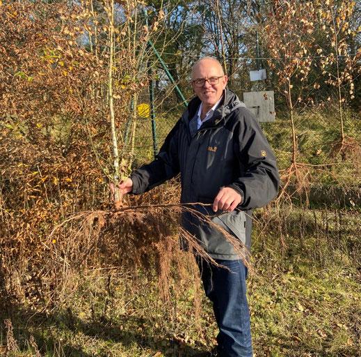"""Helmut Schröder präsentiert die """"Katlenburger Wurzelleine"""", eine von vielen kreativen Ideen des Waldpädagogen-Teams vom Naturerlebnis Katlenburg."""