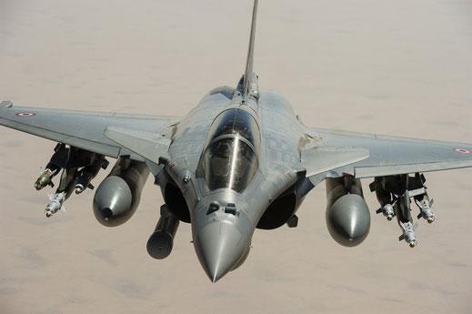 """Rafale B francese durante l'operazione """"Serval"""" in Mali, equipaggiato con l'illuminatore laser """"Damocles"""" ed armato con bombe guidate GBU-12 / © Armée de l'Air"""
