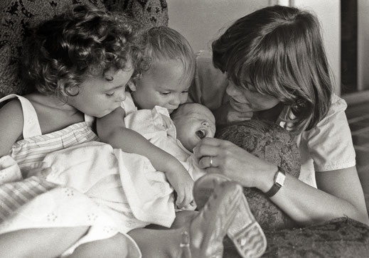Mi madre, mis hermanas y yo al poco de nacer. En aquella época no se llevaban los selfies y desafortunadamente tengo muy pocas imágenes en las que esté mi padre, el gran fotógrafo de la familia
