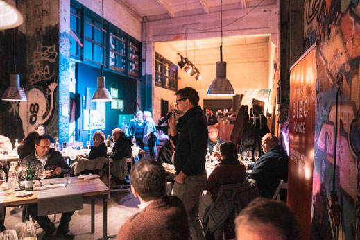 Wernissage erläutert den Gästen seinen Weg zur Kunst