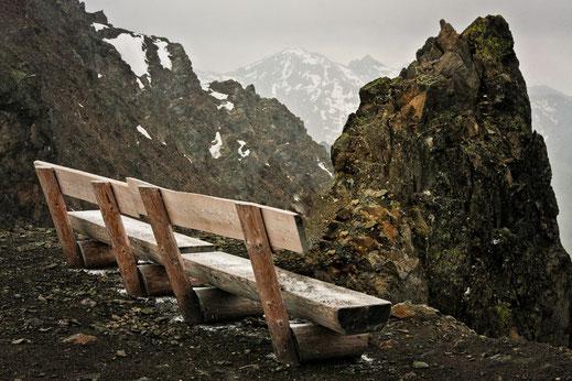 landschaft-ruhebank-am-bergmassiv-die-bank-am-berg