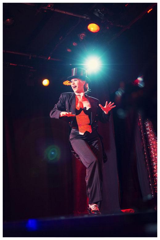 Stepptänzer, Steppshow, Steptanz Showeinlage buchen, Steptänzerin Dixie Dynamite aka Silvia Plankl mit ihrer Steptanzshow in München. Steptanz-Privatunterricht. Einzelstunden Stepptanz in Bayern