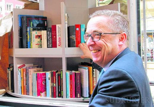 Robert Göhring vom Lions Club Villingen enthüllt den Bücherschatz in der Oberen Straße. Bild: Rüdiger Fein