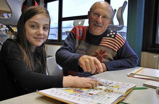 Anila Amethaj (Klasse 6b) übt zusammen mit ihrem Paten Wilfried Kessler Deutsch-Hausaufgaben.