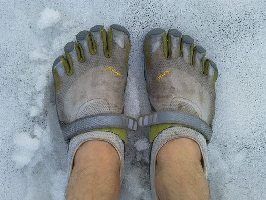 Bildquelle: https://commons.wikimedia.org/wiki/File:FiveFingers_shoes_in_the_snow.jpg?uselang=de
