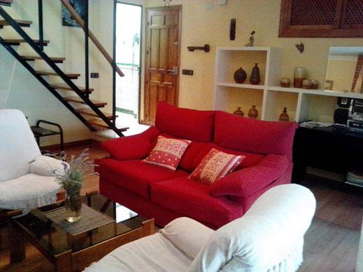 El salón está abierto a toda la casa. Comunica con patio interior y escaleras a planta superior.