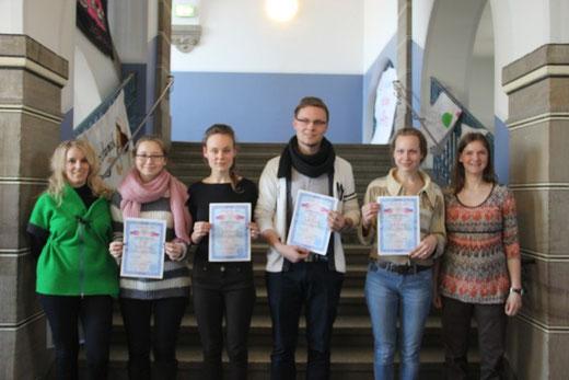 Die überglücklichen Absolventen und zuständigen Lehrer (von links: Frau Wolf, Asselina Medeov, Xenia Skumaj, Nikita Skumaj, Lidia Skumay und Frau Hey) Quelle: Umlauf online