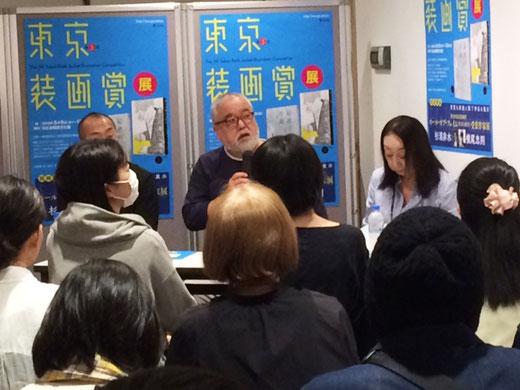 ゲスト審査員の坂川栄治さんと小林真理会長、山田博之委員長のトークショーの様子。