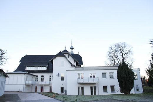 Villa mit Anbau und Parkplatz