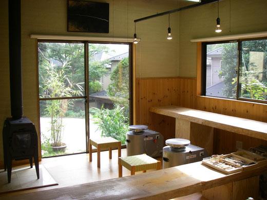 薪ストーブのある教室室内