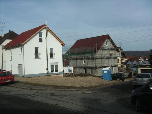 "der geschlossene Rohbau ist fertig. Es ist Anfang Februar. Links unser gleich großes ""Holz""-Haus"