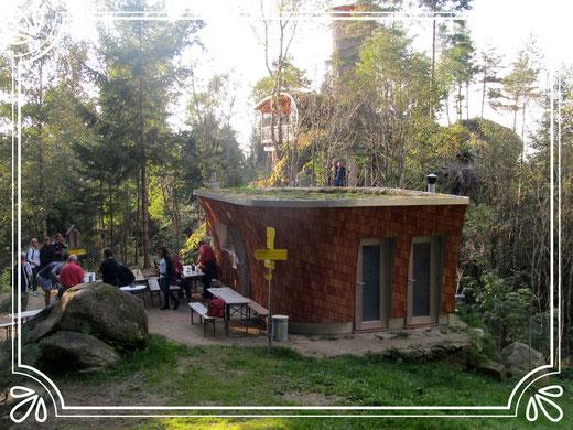 September 2016: Nach Dachbegrünung ist die neue Buchberghütte wirklich fertig.