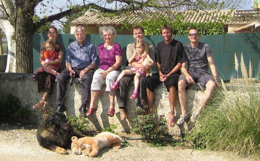 Provence 2007 - Meine Schwester Anneli mit Tochter Amina, mein Vater Rainer mit Hund Bartok, meine Mutter Hildegard, mein Schwager Joachim mit Tochter Maja, mein Bruder Richard & ich
