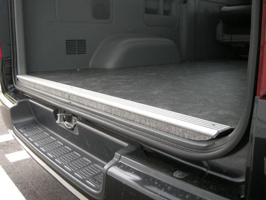 ハイエースの床貼りキット。取付簡単に誰でも床貼り加工が出来ます。