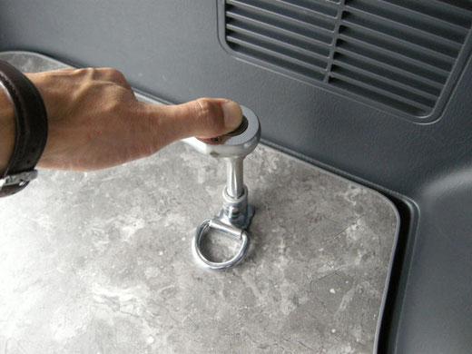ハイエース用の簡単な床貼りキット。これでハイエースに床パネルが施工できます。