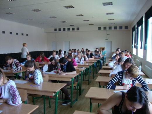 Учні 9-их класів пишуть диктант