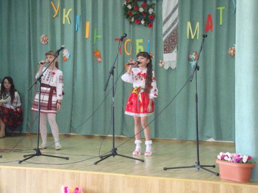 Пісня для мами у виконанні Щур Юлі і Волошин Василини (5-А клас)