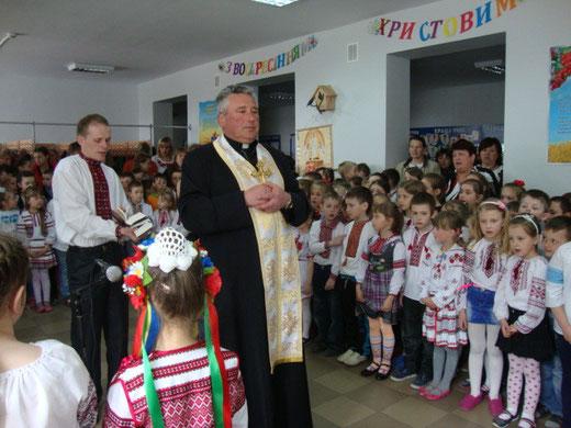 Отець Василь відправляє молебень