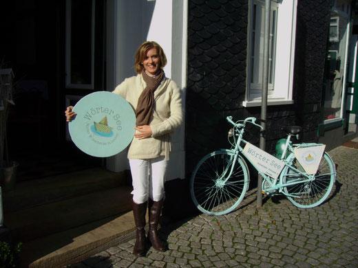 Sylvia Steckel bei der Eröffnung ihres Ladens. Mit dem bunten Fahrrad hat sie versucht, in der kleinen Altstadt auf sich aufmerksam zu machen. Fotos: privat