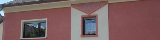 Fassade mit Relief und verschiedenen Putzstrukturen
