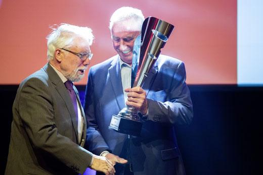 Lothar Feldmann (li.) von der DJK Grün-Weiß Nottuln bekommt den Sport-Oscar von Kreissportbund-Präsident Bernd Heuermann überreicht.
