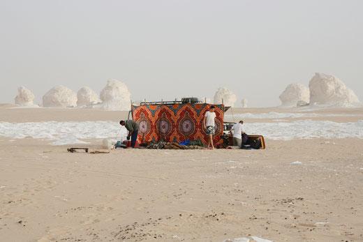 Übernachten in der weißen Wüste in der sahara, Ägypthen