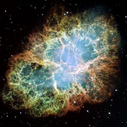 Tinh vân Con Cua chụp qua kính Hubble. Vẽ đẹp đầy màu mè của tinh vân chỉ bộc lộ qua kỹ thuật chụp ảnh, còn với mắt thường đừng mong đợi dù bạn có nhìn qua kính thiên văn lớn như Hubble đi chăng nữa
