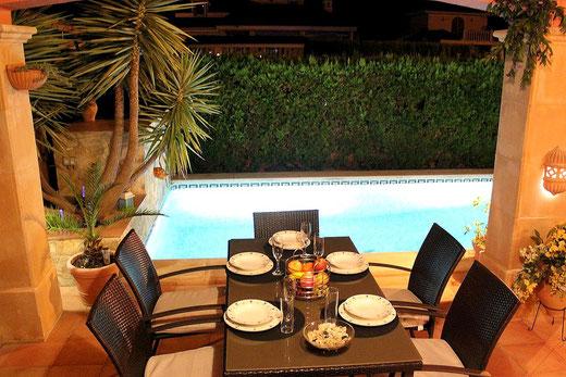 Ferienhaus Mallorca, Villa Hibiscue, Terrasse und Pool am Abend