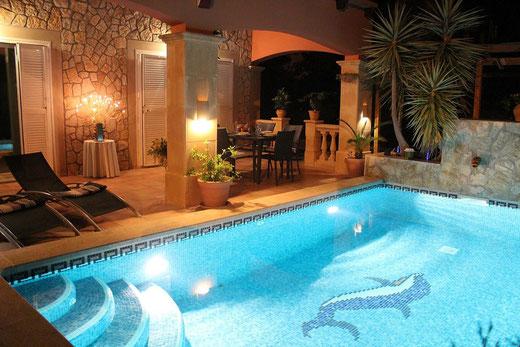 """Abendstimmung am Pool des privaten Ferienhauses """"Villa Hibiscus"""" in Bahia Grande auf der Insel Mallorca, Spanien"""