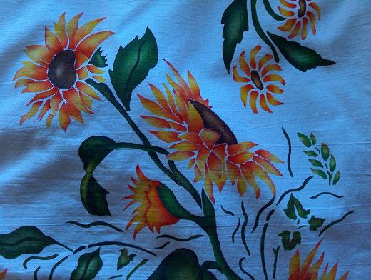 Particolare di girasoli dipinti su stoffa (stensil pittorico)