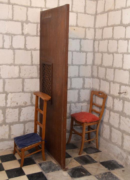 St-Quentin Lamotte: un confessionnal réduit à sa plus simple expression: une chaise pour le curé et un prie-Dieu pour le pénitent