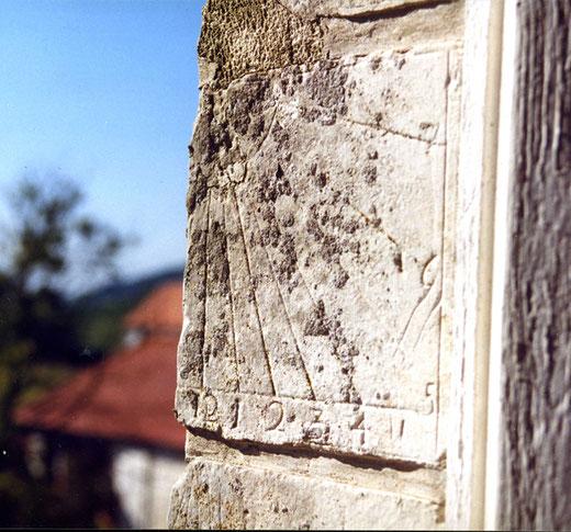 Ancienne abbaye de Séry, un cadran solaire avec des chiffres arabes
