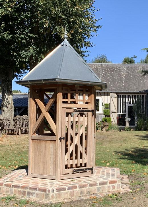 Arvillers: Puits hexagonal en bois sur socle de briques- Photo: Ghislain Ferrant
