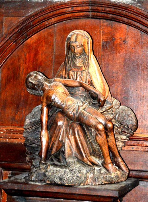 Vierge de pitié en bois dans l'église Saint-Martin de Bellancourt