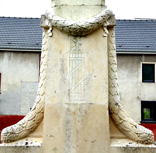 Faisceau de licteur sur le revers du monument aux morts de Terramesnil