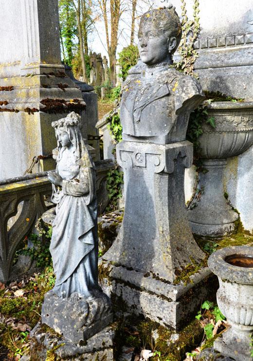 La Vierge et le buste d'Amélie Lambert sont signés Valentin Molliens