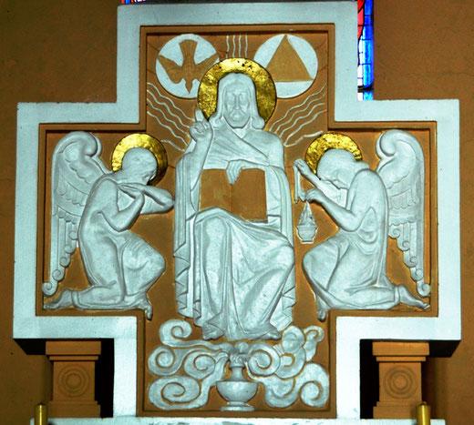 Tableau en pierre reconstituée derrière l'autel de l'église de Contalmaison