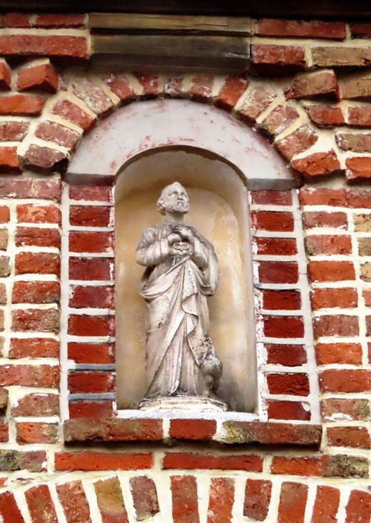 Flixecourt- La statue de St-Pierre avec ses deux emblèmes: le coq et les clés qu'il tient contre lui