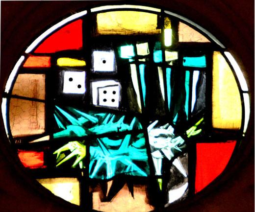 Rosières-en-Santerre: le vitrail ovale où figurent les dés du 421.