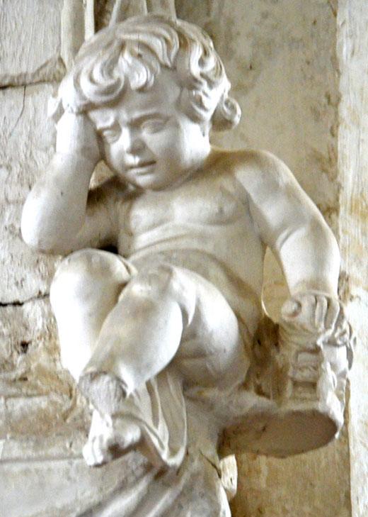 L'ange pleureur sur une plaque funéraire dans l'église d'Essertaux